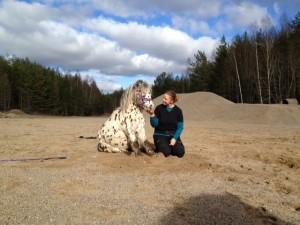 Moa med sin ponny Hugo.