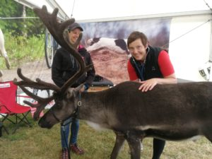 Anna Pamuk från Fjällveterinären besiktar Rudolf inför dagens event.