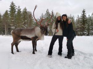 Chloe och Amandine, och renen Rudolf från Renranchen.